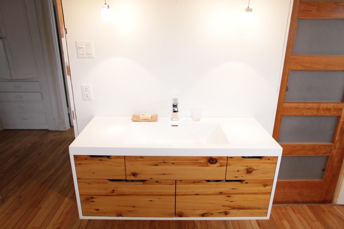 Salle de bain en bois recycl for Salle de bain bois