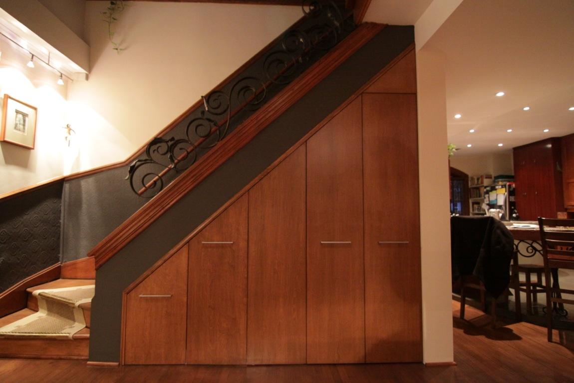 Garde robe sous escalier - Penderie sous escalier ...