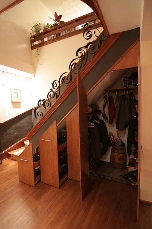 garde robe sous escalier. Black Bedroom Furniture Sets. Home Design Ideas